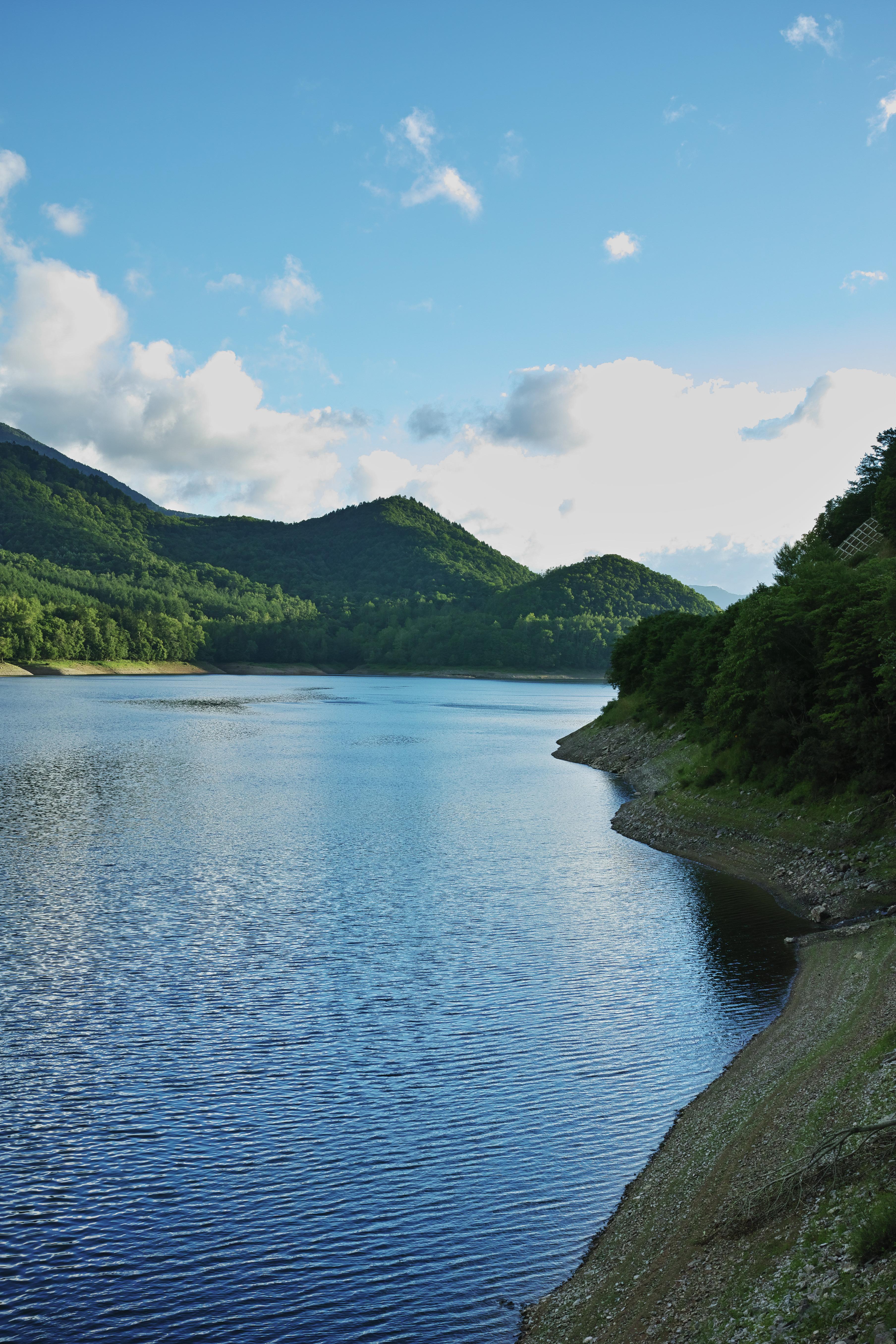 広がる湖と夕陽に照らされる山。F8まで絞り込み画面全体を均一な描写とした。木々の細やかな部分までしっかりと描写されている。ISO100 / F8 / 1/60秒