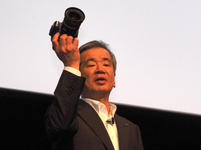 EOS 7D Mark IIを掲げる真栄田氏
