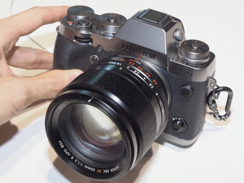 FUJIFILM X-T1グラファイトシルバーエディション。レンズは同時発表のXF 56mm F1.2 R APD