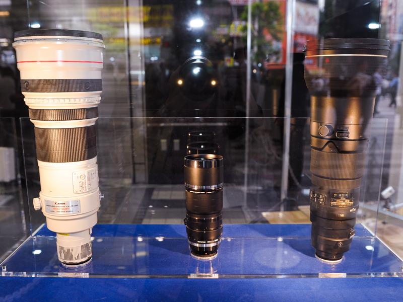 35mm判換算で600mm F4になることから、大きさ比較として、一眼レフ用の600mm F4レンズと並べて展示していた