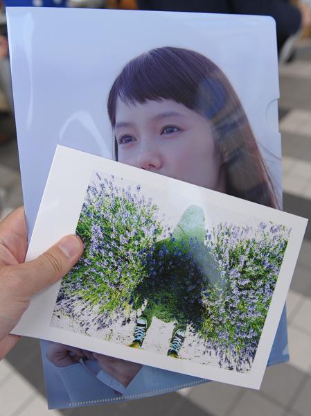 カメラを体験すると、CMにも出演している宮崎あおいさんのフォトブックとクリアファイルがもらえる