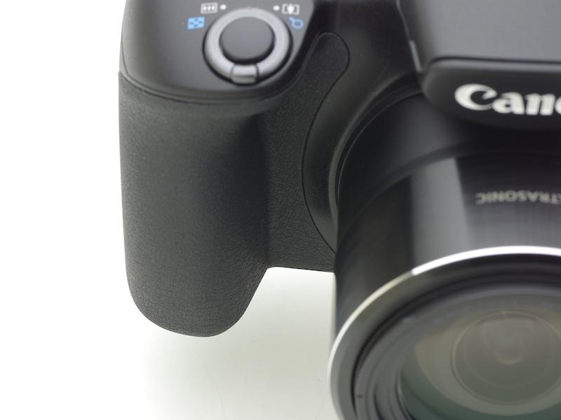 これまでのキヤノン全機種のグリップを検証して新たに設計されたグリップ。望遠撮影時、グリップの握りやすさはブレ軽減につながります