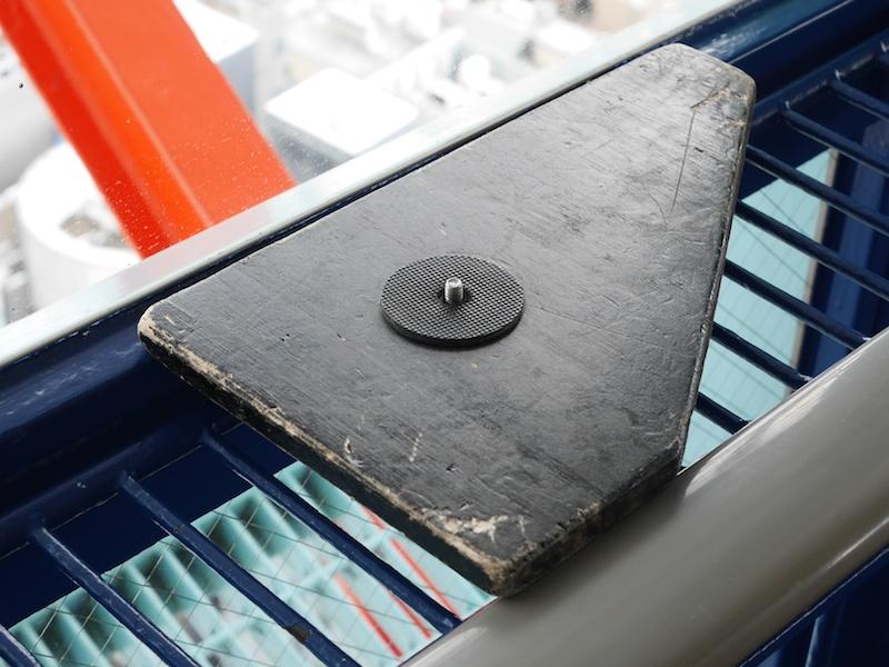 これが三脚ならぬ自作の「板脚」。展望室の手すりなど、三脚が使いづらい場所で役立ちます。