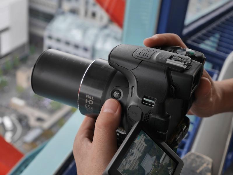カメラを構えた時、自然に押せる位置にあります。
