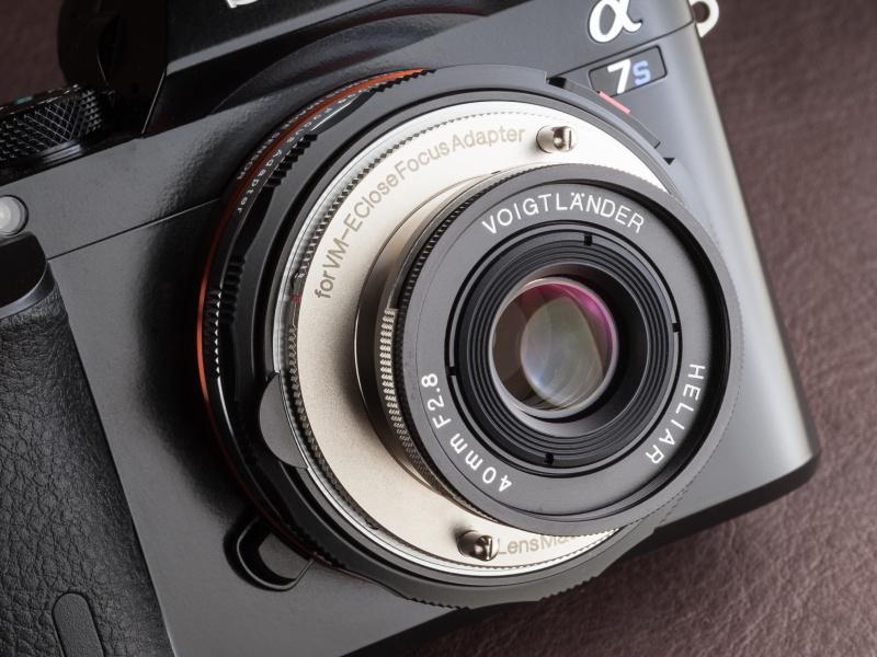 VM-Eクローズフォーカスアダプターを併用する沈胴式レンズ。希望小売価格は税込4万9,680円。今回はソニーα7Sで試用した