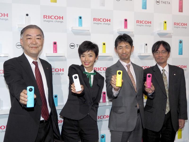 左からリコーイメージング赤羽昇社長、ゲストの松嶋初音さん、リコー大谷渉氏、同 寺尾典之氏