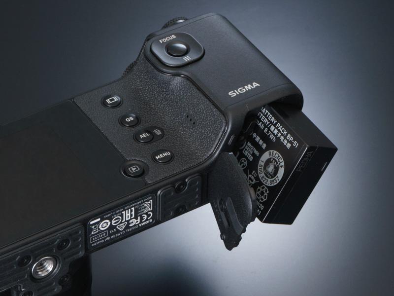 電源にはリチウムイオン充電池を採用。撮影可能コマ数は約200コマとなる