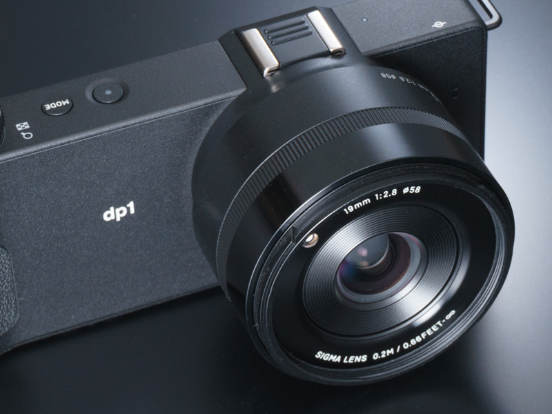 28mm相当のワイドレンズを搭載。レンズキャップは着脱式のものが付属する
