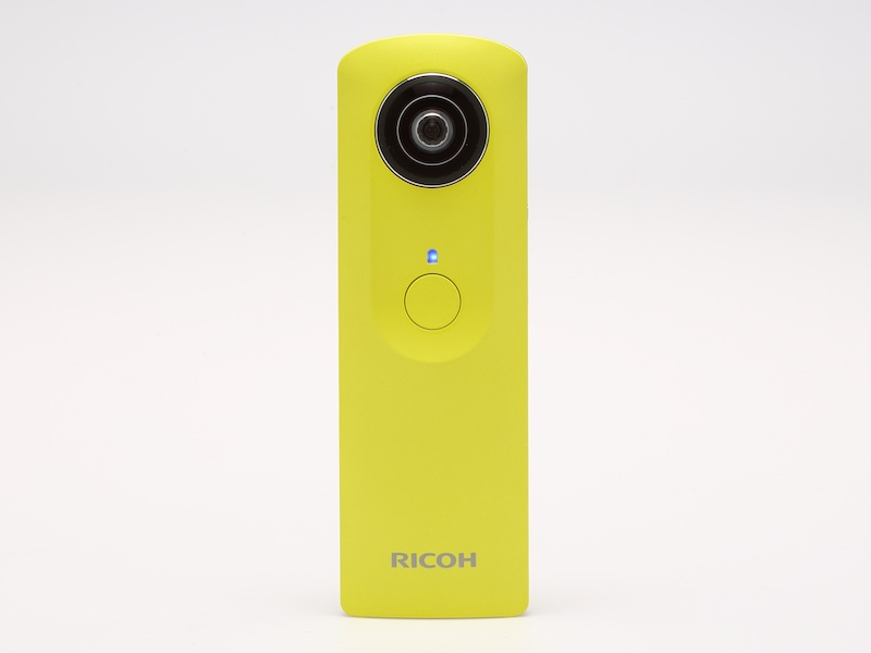 本体正面。上から、撮影レンズ、状態ランプ、シャッターボタン