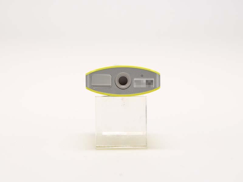 本体底面。左からUSB端子カバー、三脚ネジ穴、リセットボタンおよびシリアルナンバー