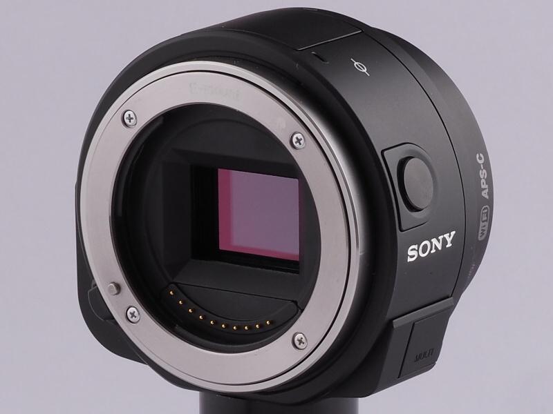 ご覧のとおり筒状の本体で、QXシリーズを知らなければ、カメラには見えないかも。Eマウントは全レンズ対応、AマウントはマウントアダプターLA-EA4、同LA-EA3で装着可能