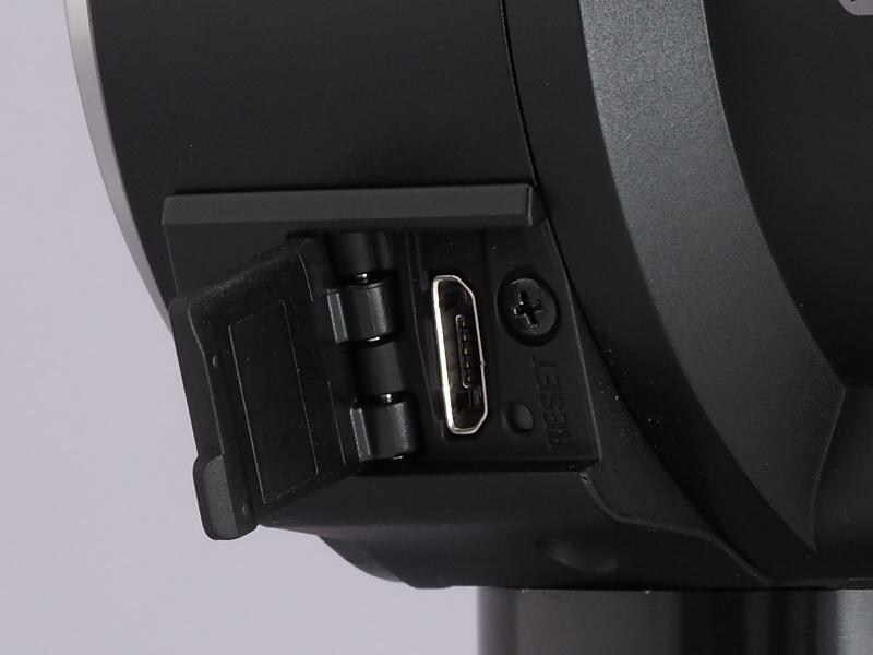 左下にはカバー内にmicroUSBを搭載。充電や転送はこちらから行う。いわゆるバッテリーの専用充電器は用意されないが、モバイル用バッテリーでの追加充電が可能