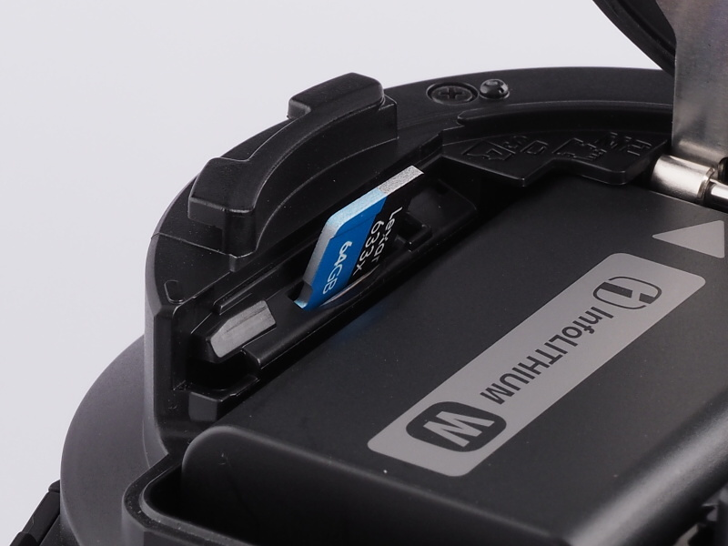 バッテリー部左側にmicroSD、メモリースティックマイクロ共用のカードスロットを備える。写真の表面内側が正しいが、裏面でも差し込めるのが難点。その場合、液晶部に警告が表示