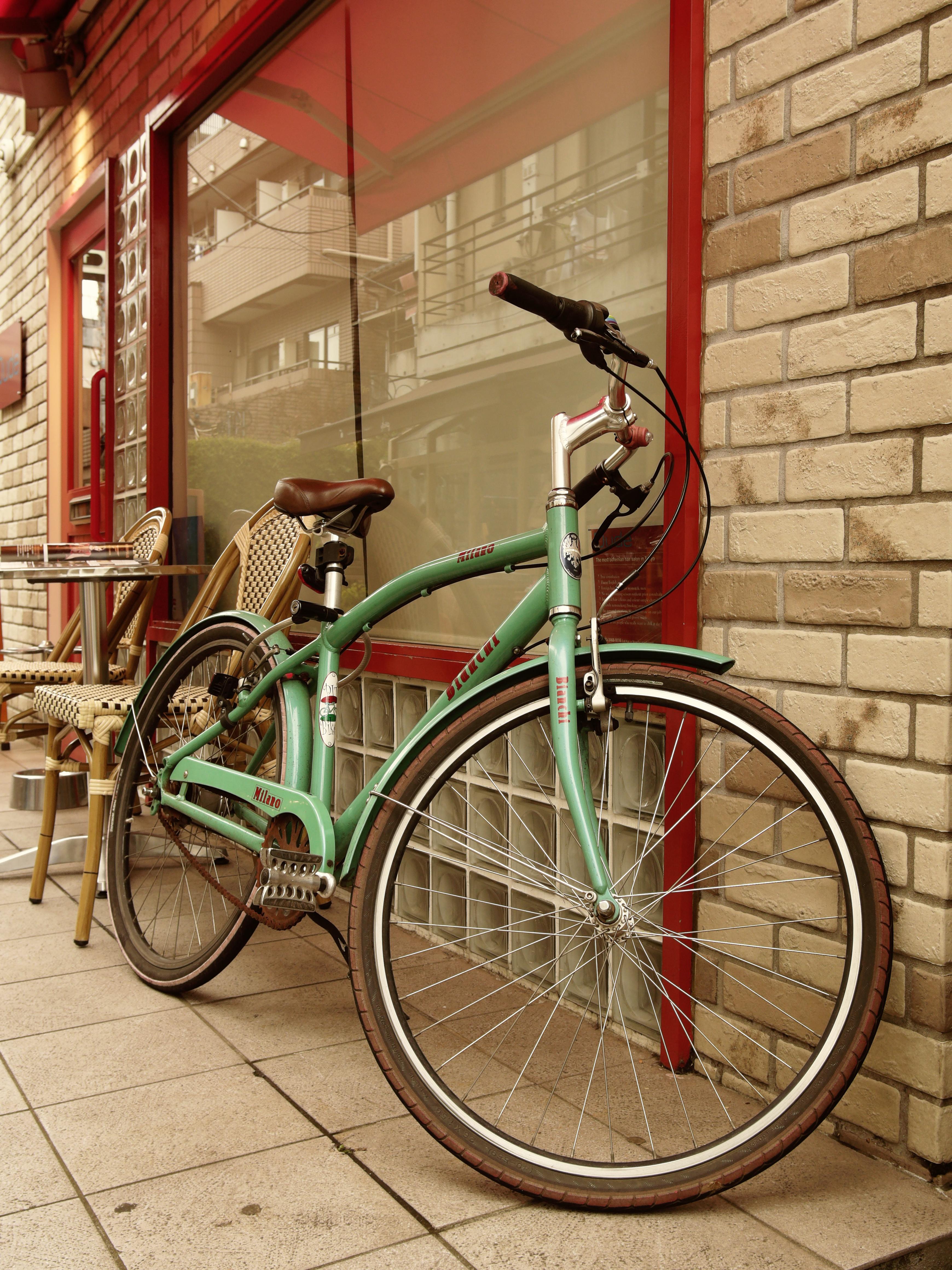 駐輪してあった自転車を撮影。描写力は高く壁のディテールや自転車の金属部分の質感もしっかりと表現できている。ISO299 / F6.3 / 1/63秒 / -0.4EV / 19mm