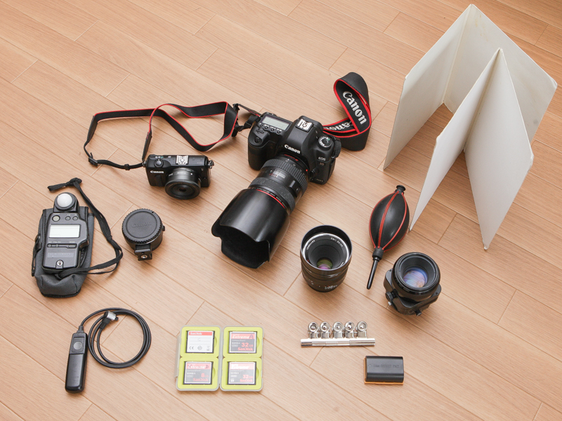 カメラバッグに収めている機材。カメラはEOS 5D Mark II。標準レンズはEF 24-70mm F2.8 L USM。料理などを撮る際にはマクロプラナー T* 2/50も使う。また近接撮影で被写界深度を稼ぐ場合は90mmのシフトレンズも欠かせない。Amazonのバッグにはレフ板も入る。