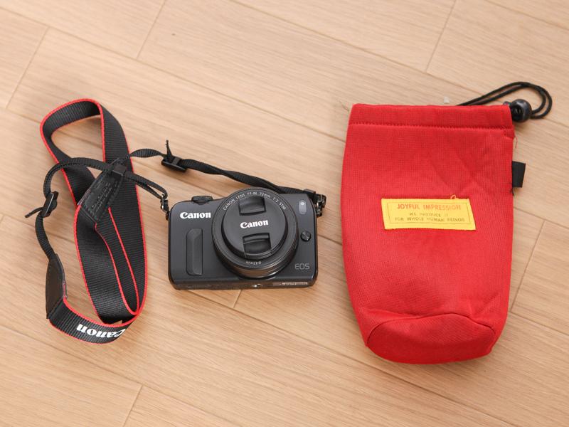 サブカメラのEOS Mは、100円ショップのポーチに入れている
