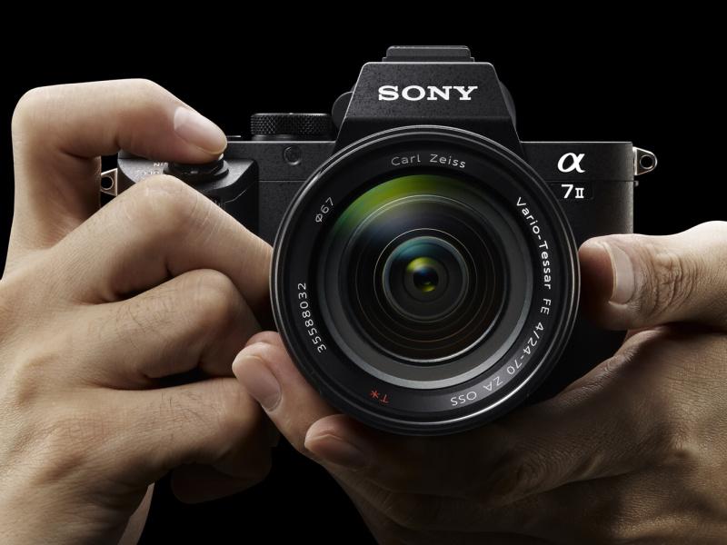 ソニーは35mmフルサイズセンサーでボディ内手ブレ補正機構を搭載したミラーレスカメラ「α7 II」をこのほどリリースした。大型センサーであってもミラーや光学ファインダーが無いため、一眼レフに比べて大幅な小型軽量化を実現できる(編集部)