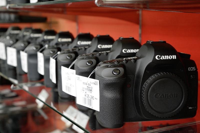 中古カメラで今一番の売れセンがキヤノンEOS 5D Mark II。後継モデルEOS 5D Mark IIIが登場した頃よりも、中古市場では価格がアップしている。状態のよいものから売れていくという。