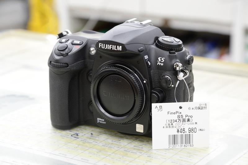 デジタル一眼レフのなかでマイノリティな部類に入る富士フイルムFinePix S5 Pro。ニコンD200をベースに、富士フイルム製のイメージセンサーを搭載する。中古市場でもタマ数のたいへん少ないカメラなので、気になったら即買いしたい一台。