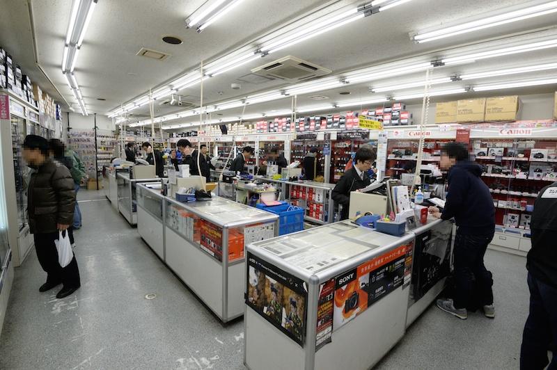 フジヤカメラ本店の様子。写真愛好家でお店の中は始終賑わっている。カメラ、交換レンズをメインに扱う本店のほか用品館、ジャンク館などがあり、撮影に必要なものは一通り揃えることができる。