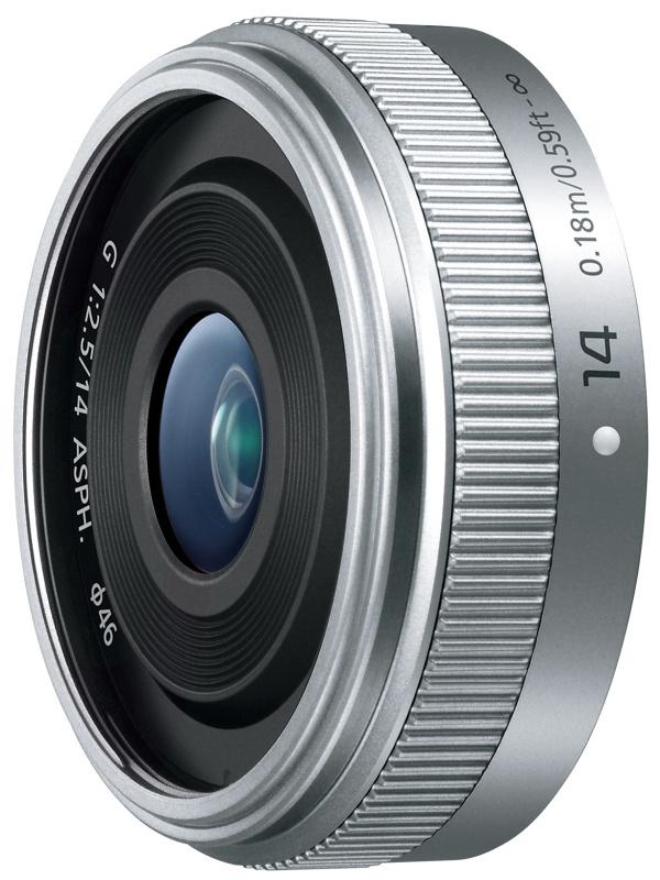 """<strong class="""""""">GMシリーズとの一体感を図った小型の新レンズ2本</strong><br class="""""""">LUMIX G 14mm / F2.5 II ASPH.(左)とLUMIX G VARIO 35-100mm / F4.0-5.6 ASPH. / MEGA O.I.S.(右)。GM5と同時に2本の交換レンズも発表。LUMIX G 14mm / F2.5 IIは、外装デザインをGMシリーズに合わせた薄型広角レンズで、光学系は従来のI型と同じ。同VARIO 35-100mm / F4.0-5.6は沈胴式の小型軽量の望遠ズームで、レンズキットのG VARIO 12-32mm / F3.5-5.6とダブルズームを組むのに最適"""