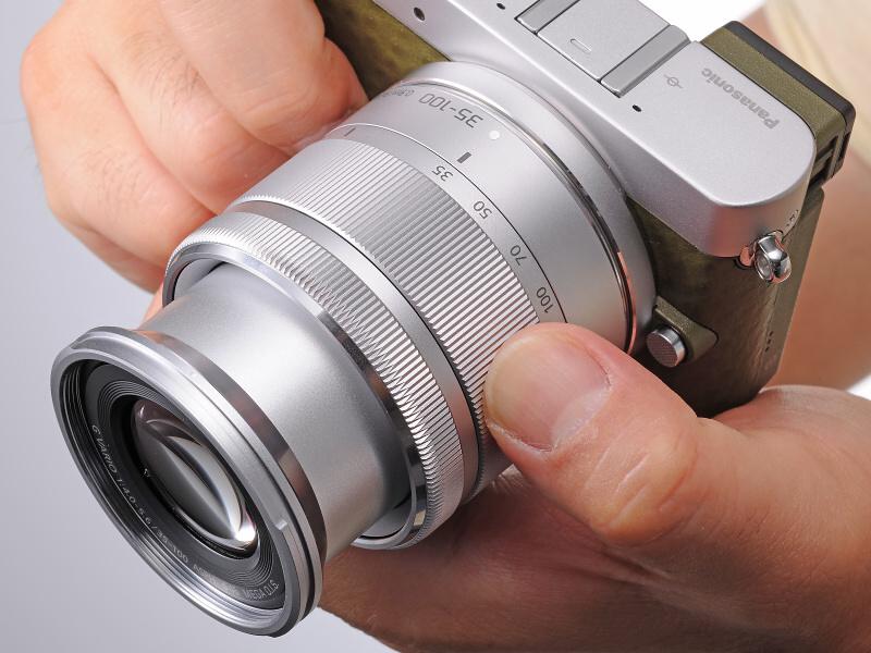 """<strong class="""""""">伸縮時の構造を一から見直したLUMIX G VARIO 35-100mm / F4.0-5.6</strong><br class="""""""">35mm判換算70~200mm相当の望遠ズーム。沈胴機構の採用で収納時には全長50mmと標準ズーム並みのサイズを実現。描写性能にも妥協はなく、非球面レンズ1枚、EDレンズ2枚を使用し色収差を極限まで補正、周辺まで高コントラスト描写を実現しているという"""