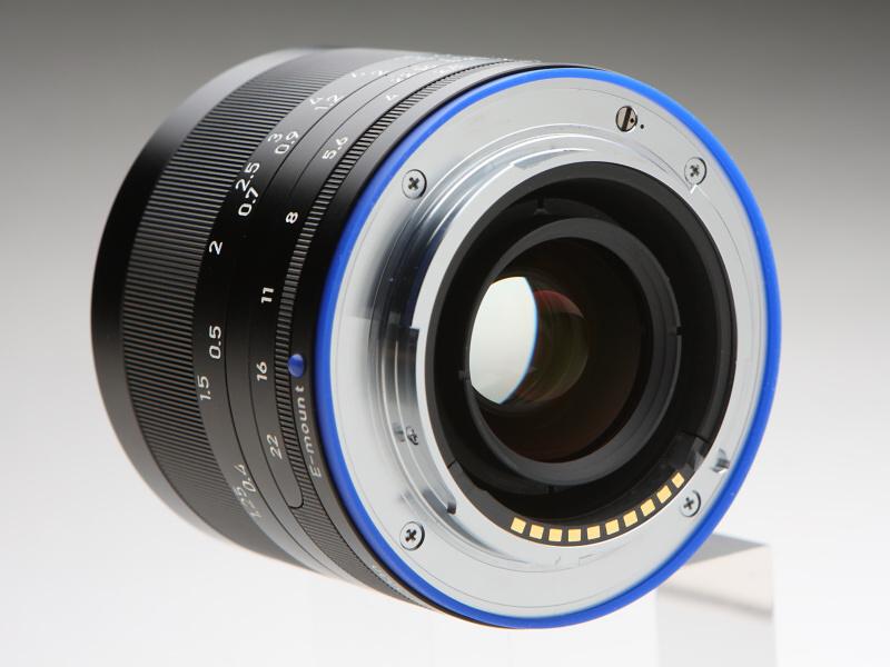 レンズ装着指標と防塵防滴用のスカートはカールツァイスのブランドカラーであるブルーで統一。マウント面にあるマイナスネジ(写真では右上)は、絞りリングのクリックを外すデクリック機能のスイッチ