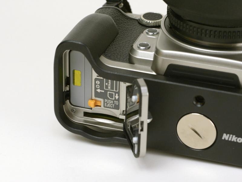 グリップはコインネジで取り付け。装着したままバッテリーとSDカードを交換できる構造