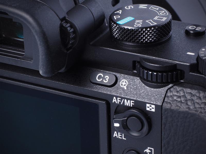 ファインダー横に設置された「C3」ボタン。やや押しにくい場所にあるので、優先順位がやや低めな機能として「フォーカスモード」を登録(初期設定のまま)。