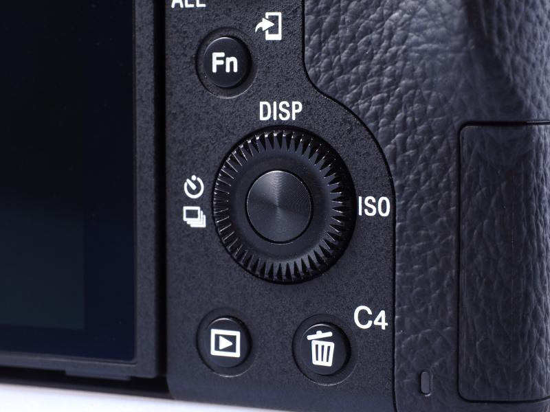 コントロールホイール内に設置されている大きな「中央ボタン」。最も押しやすいボタンなのでどの機能にするか悩んだが、結局「C1」と同じく「フォーカスセット」を登録。ライブビュー撮影時の操作性を向上させるのが狙いだ。