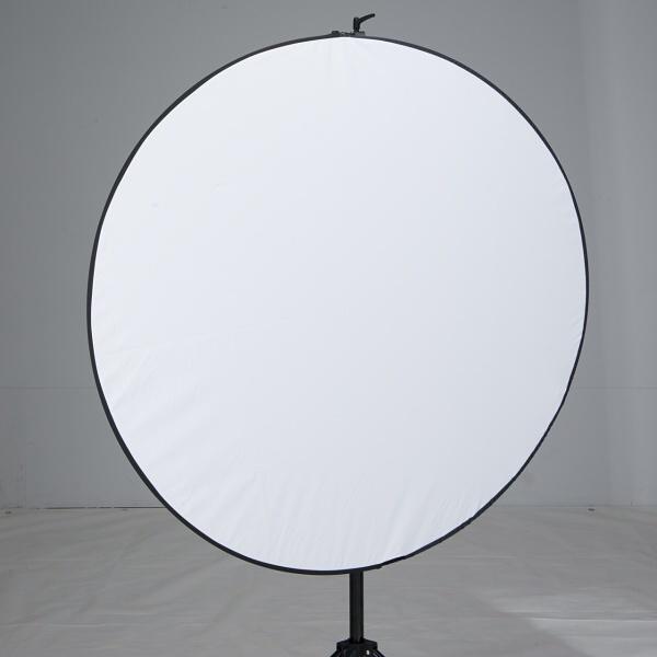 柔らかい光を求めるときにはレフ板もあったほうがよい。丸レフなどと呼ばれる折りたたみ式が便利だ。トキスターでは丸型リフレクターと呼んでいるが、ベースはディフューザーにも使える光を透過する素材。さらに同梱するカバーによって反射率の高い白、金、銀そして黒に反射面を変更できる。