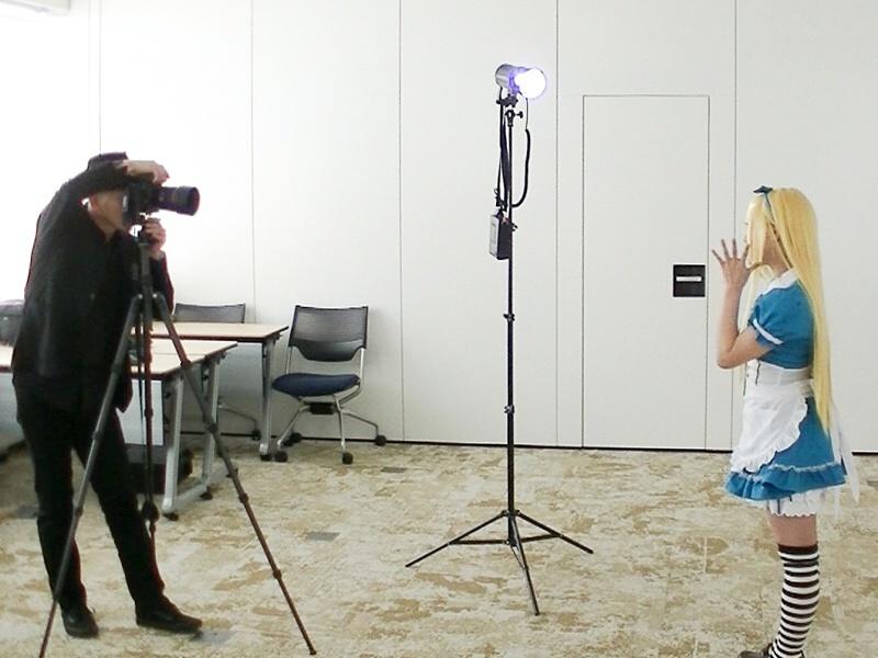 ライトをカメラの左手、モデルから見ると、右方向45度、上方約30度に設置した。