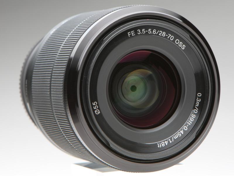 最短撮影距離がレンズ前面飾り枠に記されているのはソニーならでは。鏡筒は防塵防滴に配慮した設計としており、タフな使用にも耐えられる。フィルター径は55mm
