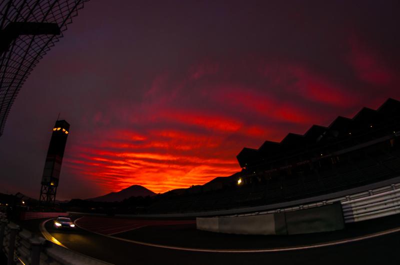 D.Suzuki氏。金曜フリー走行後の富士山方向に見えた夕焼けは美しく、忘れられません