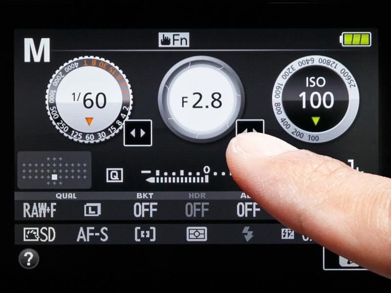 infoボタンを押して表示される「info画面」。タッチ操作で絞り値やシャッター速度を変更したり、ヘルプを表示したりできる