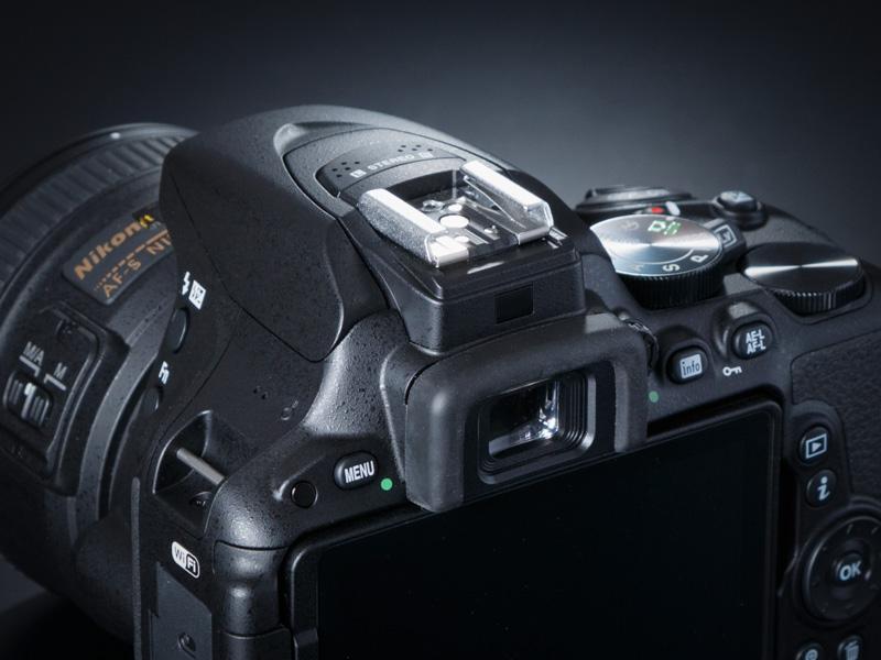ファインダー接眼部の上には、アイセンサーを装備。これによって、ファインダーに目を近付けると液晶表示が自動消灯し、前述したタッチファンクションが利用可能になる