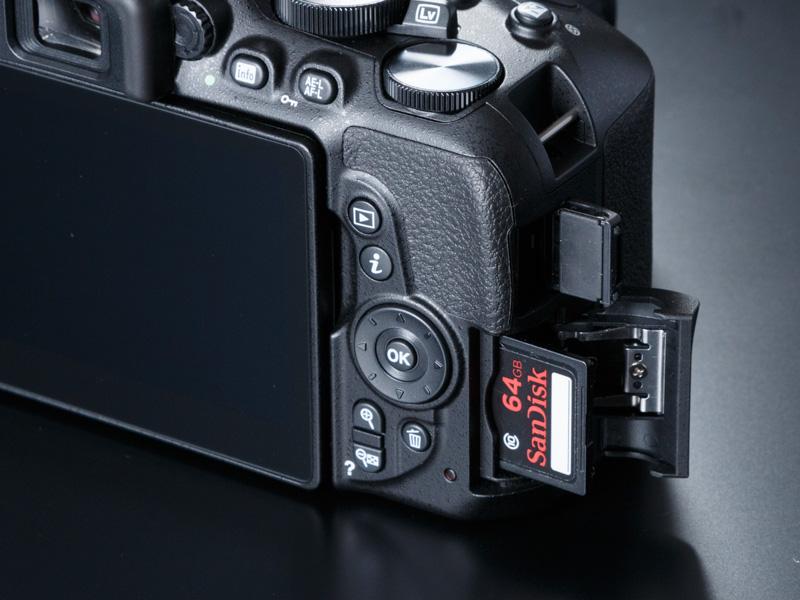 記録メディアは、SD、SDHC、SDXCメモリーカードに対応。メディアスロットの上には、HDMI端子がある