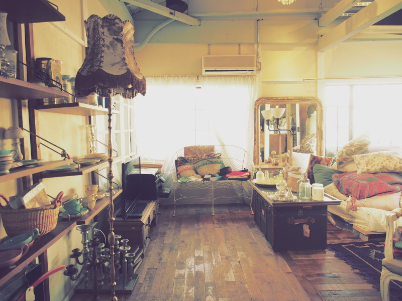 2階は雑貨やアンティークの小物を販売するショップスペース。モロッコ、ベルギー、フランス、アメリカなどで独自に買い付けてきたものが揃っています。アートフィルター「ヴィンテージ」がピッタリな空間でした。