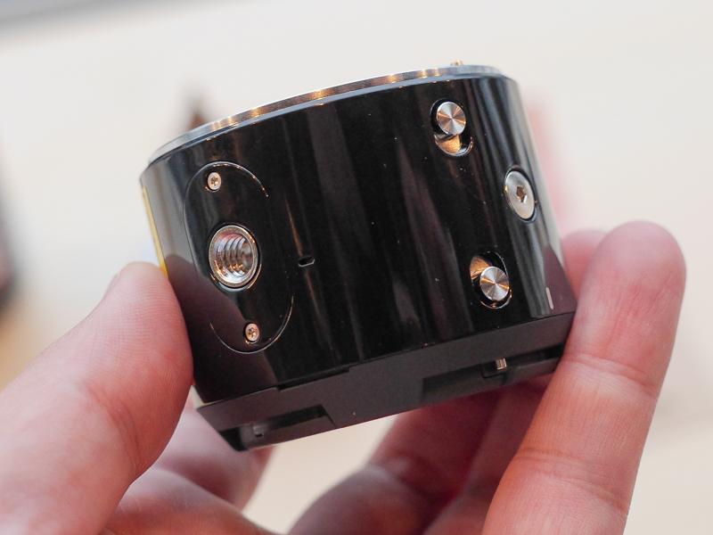 三脚穴やカメラ固定用のネジ穴(右端)を備える