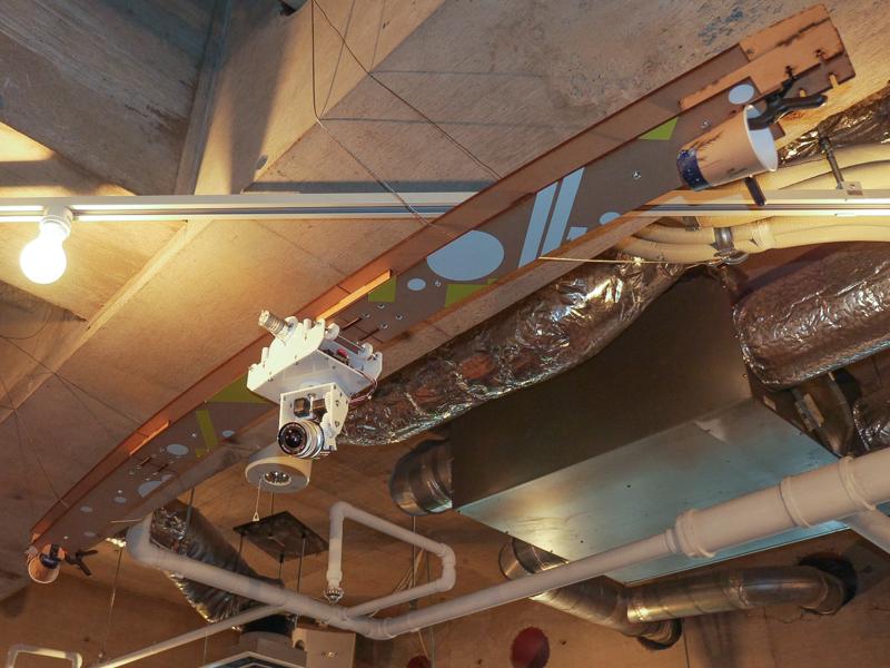 会場に展示されたレールに沿ってカメラを動かせるシステム。下のリモコンで操作する