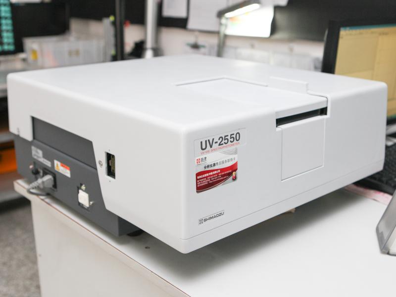 透過率の測定には島津製作所の分光光度計を用いている