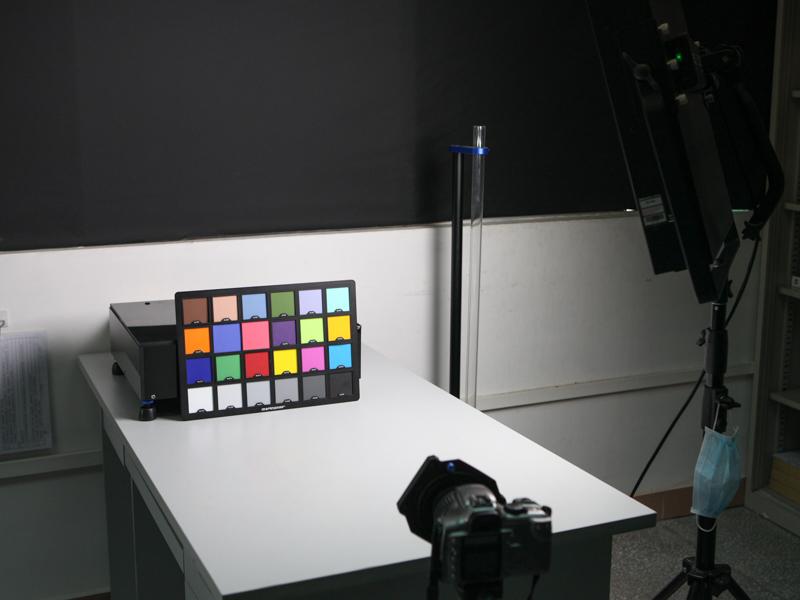 透過率のテストは計測器だけでなく、実際にチャートをカメラで撮影しての確認も行っている