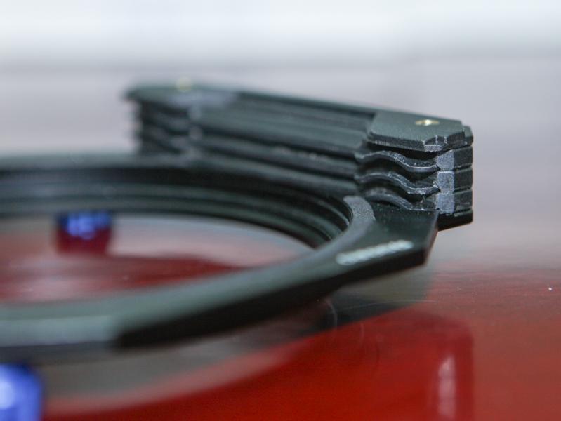 FH150とFH100は角形フィルターが3枚入る(FH75は2枚)。実際に嵌めるにはそれなりの力で押す必要があるが(落下防止のため)、スムーズに入る
