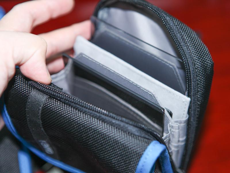 フィルターホルダーとフィルター数枚を収納できる。ズボンのベルトにも取り付け可能