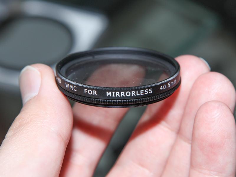丸形フィルターは種類やグレードにもよるが37~105mm径をラインナップ。写真のようにミラーレスカメラ向けの小口径タイプも用意されている