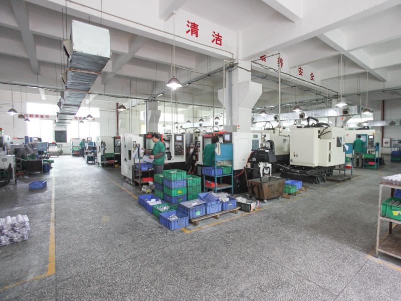 工場内部。三脚部品を作る一角でフィルター枠の加工が行われていた。写真手前では雲台の部品を作っていた