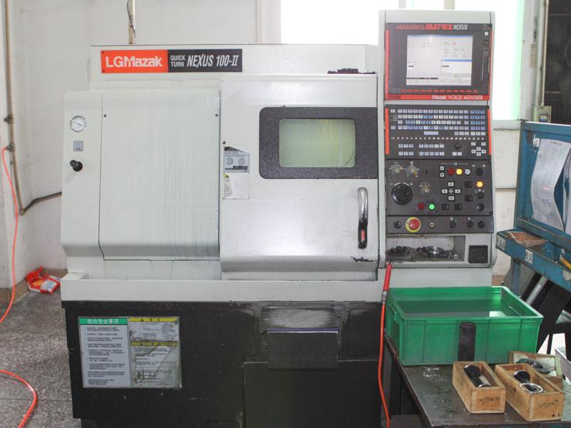 こちらは特に高い精度が求められる薄型枠やガラスを固定する部品を加工するマシニングセンタ。日本のヤマザキマザックの子会社LGマザック製を使用している
