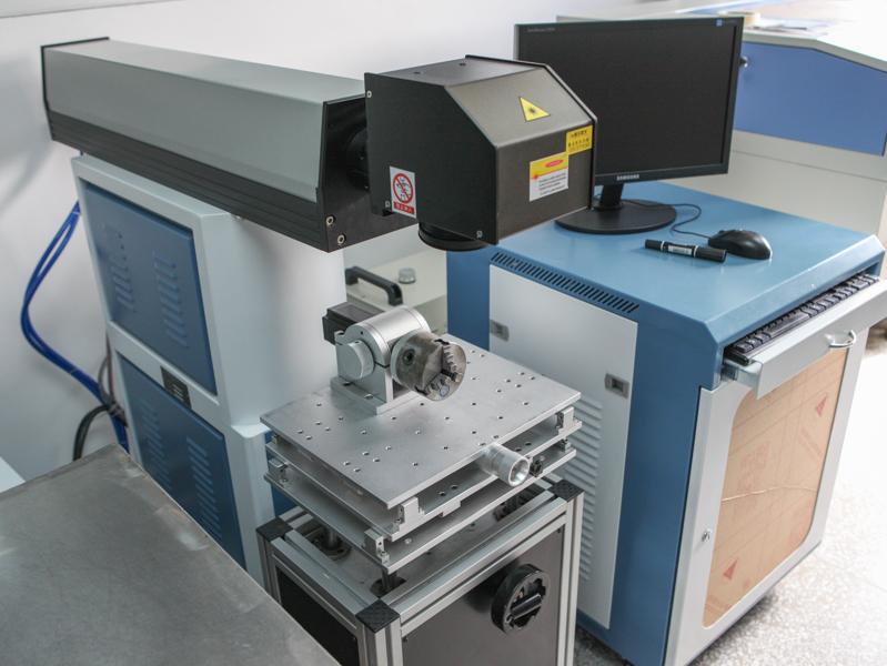 フィルター枠にレーザー刻印を入れる装置も備えている