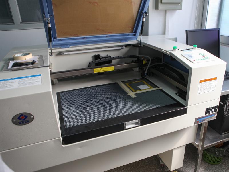 こちらは角形フィルターに刻印を入れるサンドブラストの装置
