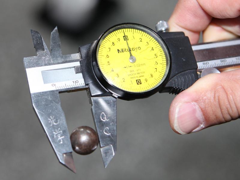 鉄球は直径14mmほどあり大きな音でぶつかるが、ガラスが割れることはない